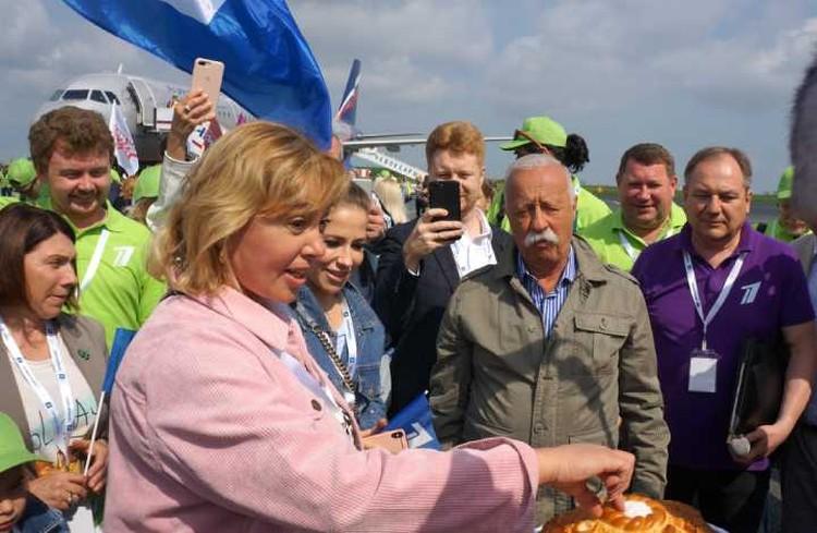 Звезд Первого канала в аэропорту Чебоксар встречали хлебом-солью. Фото: Павел Садков
