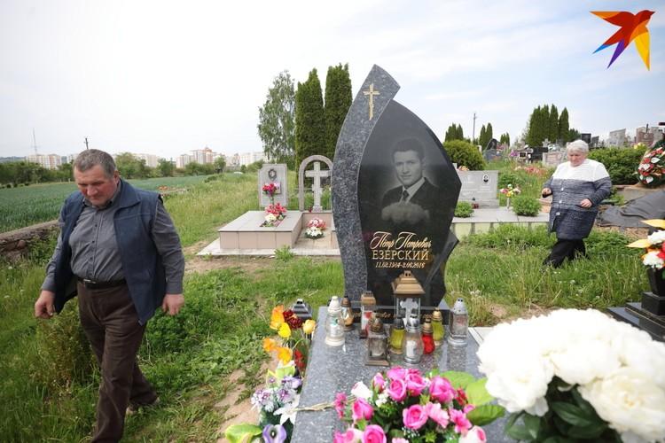На могилу сына супруги ездят каждую неделю
