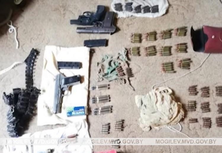 Незаконный арсенал конфисковали у жителя Краснопольского района. Фото: mogilev.mvd.gov.by