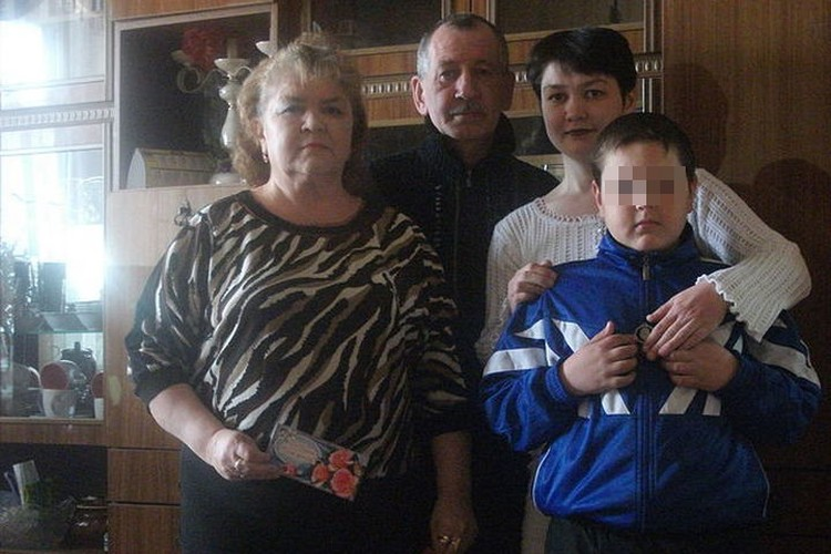 Рамиль Мулахметов вместе с женой, старшей дочерью Эльзой и внуком