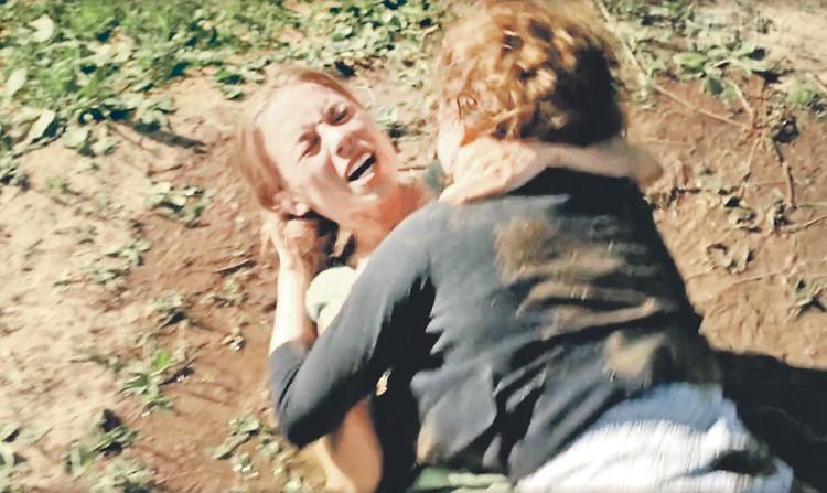 Драка в грязи Елены Николаевой и Рины Гришиной стала украшением сериала. Фото: Кадр из фильма