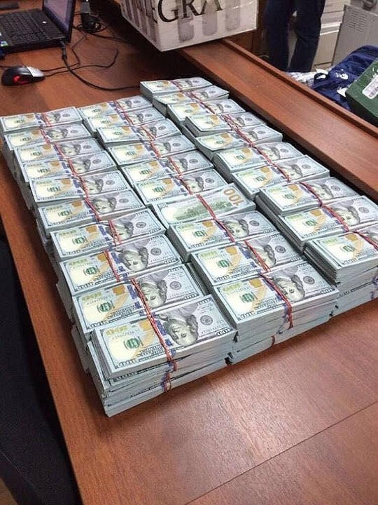 Сразу после задержания в сентябре 2016 года в одной из его квартир было обнаружено наличности на 9 миллиардов рублей