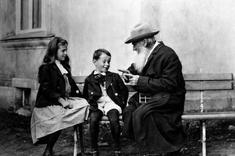Лев Николаевич Толстой был человеком разносторонним - писал, увлекался медициной... а на досуге, случалось, мастерил сапоги и штиблеты. Фото: Wikipedia