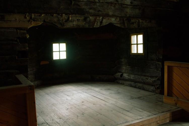Внутри сохранена атмосфера былых столетий. Фото: Михаил ДОКУКИН.