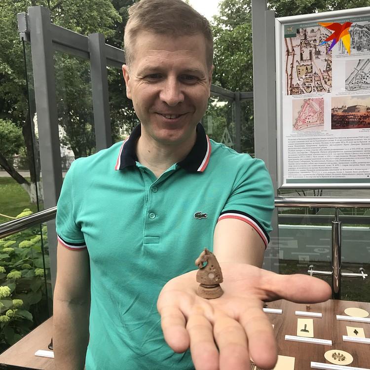 Наш корреспондент Дмитрий Смирнов с одним из артефактов