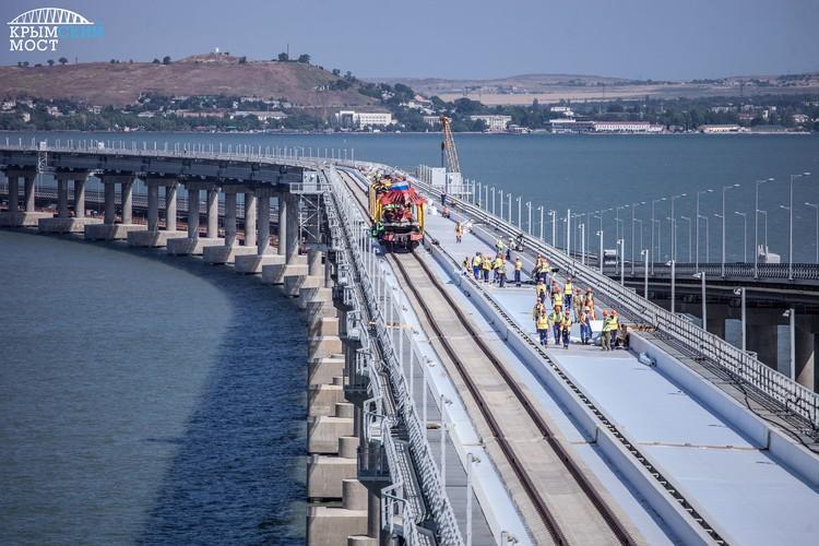 """Путь прокладывали сразу с двух сторон Керченского пролива. Фото: инфоцентр """"Крымский мост"""""""