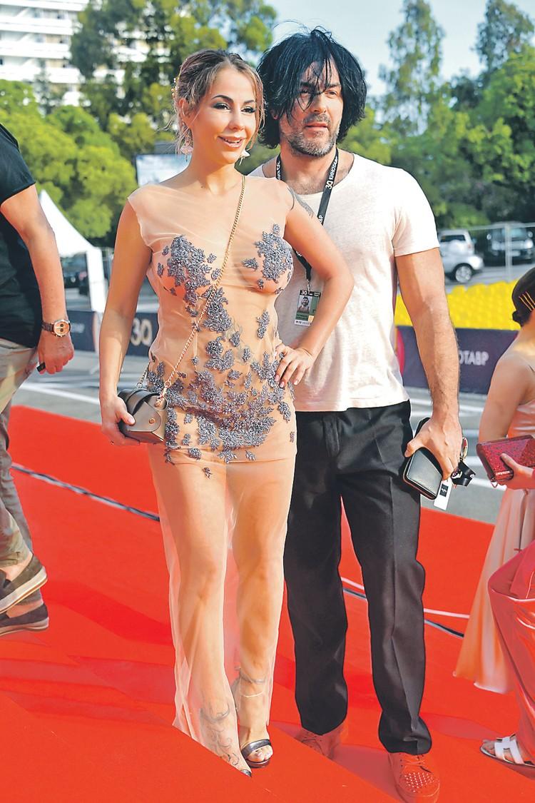 Елена Беркова решила скопировать наряд голливудских звезд.