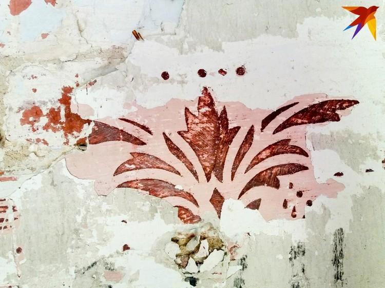 Под несколькими слоями штукатурки проступают оригинальные рисунки, которыми были украшены помещения крепости во времена Российской империи.