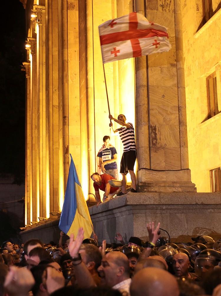 Толпа штурмует парламент