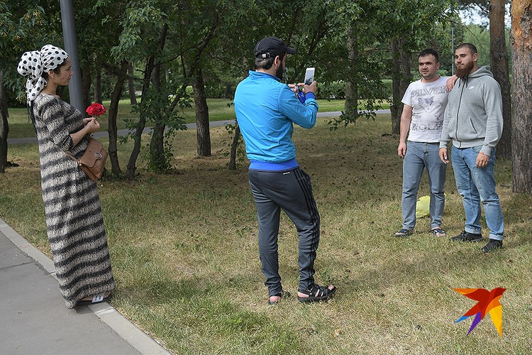 После интервью к Михаилу подошли с просьбой сфотографироваться.