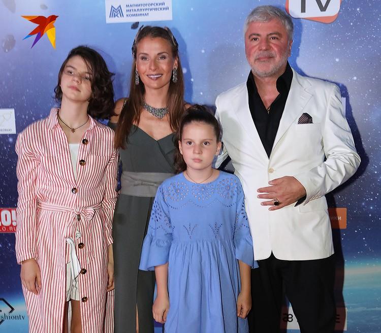 Сосо Павлиашвили с супругой Ириной Патлах и дочерьми.