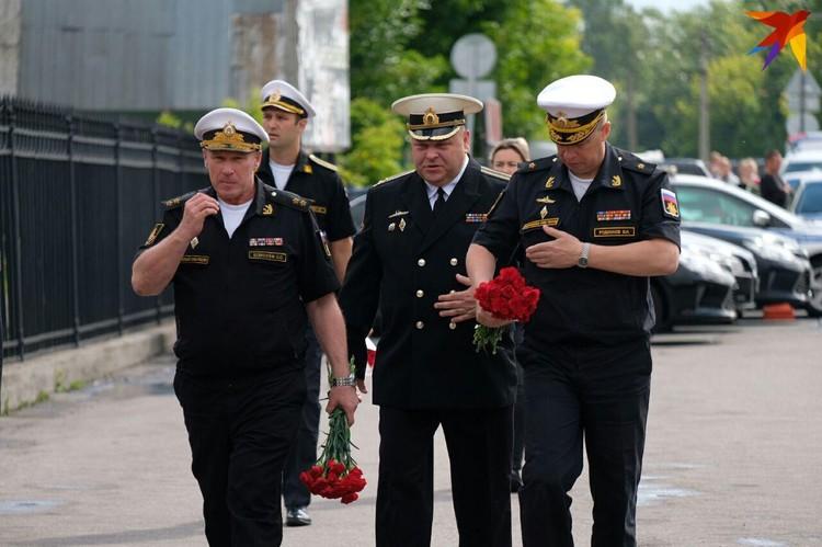 На прощание пришли сотни моряков