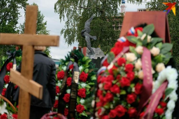 """Моряков похоронили рядом с подводниками """"Курска"""""""