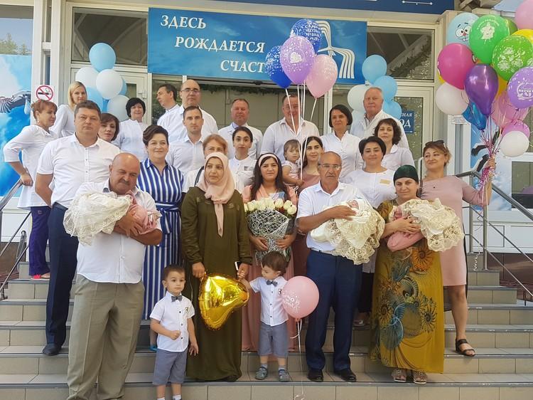 В НИИАП РостГМУ торжественно выписали четвертую тройню, появившуюся на свет в Ростовской области в этом году.