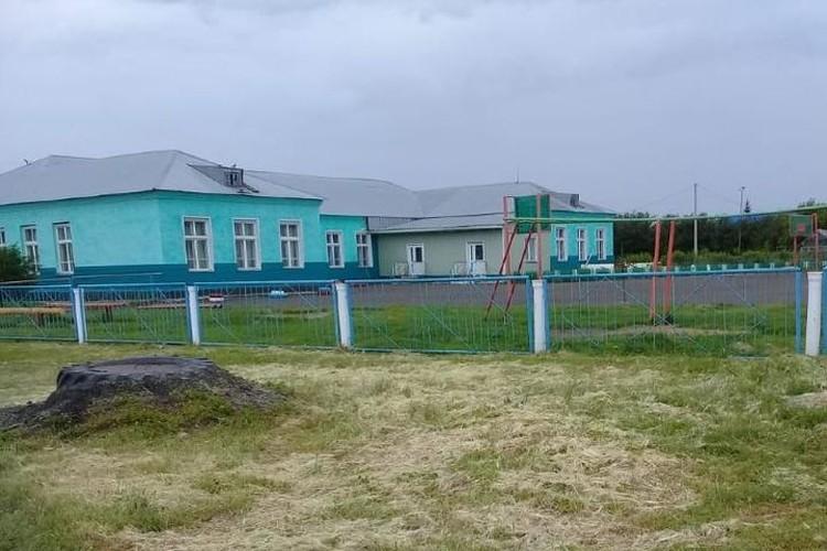 Именно эта одноэтажная школа стала настолько привлекательной, что ребятне стало в ней тесно. Фото: личный архив.