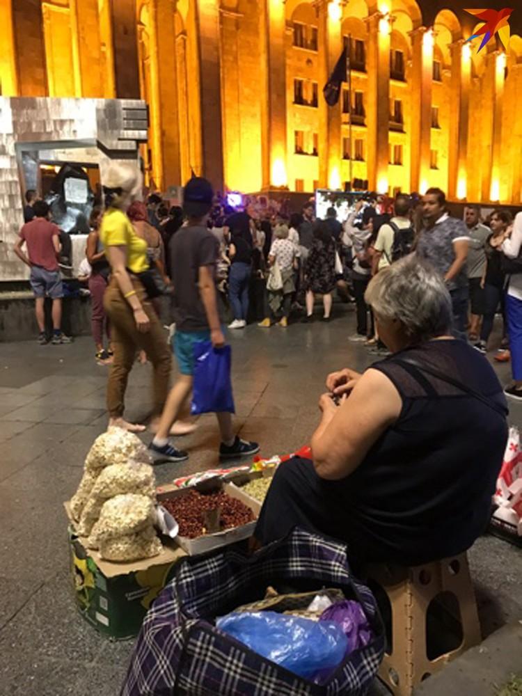 Народ ходит к зданию парламента на Руставели, как на работу. Бабульки, например, на проспекте продают семечки.