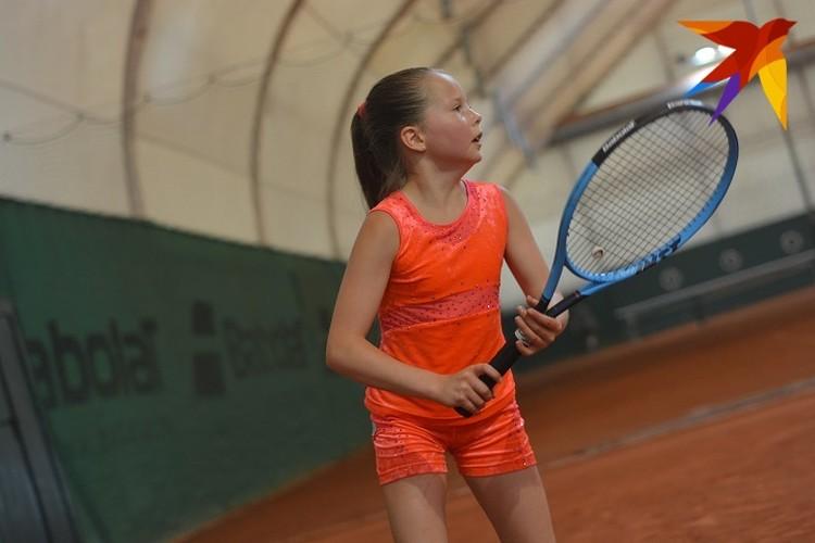 Каролина занимается теннисом два года.