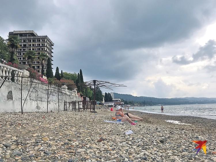 Вы на этих полуразрушенных пляжах Сухума толпы туристов видите? И мы не видим. А они где-то есть. Говорят, за год в Абхазию приезжает 1 миллион курортников из России!