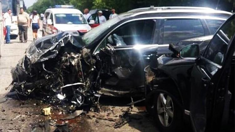 Машина администрации президента Украины врезалась в транспорт, на котором везли отдохнувших на курорте школьников.
