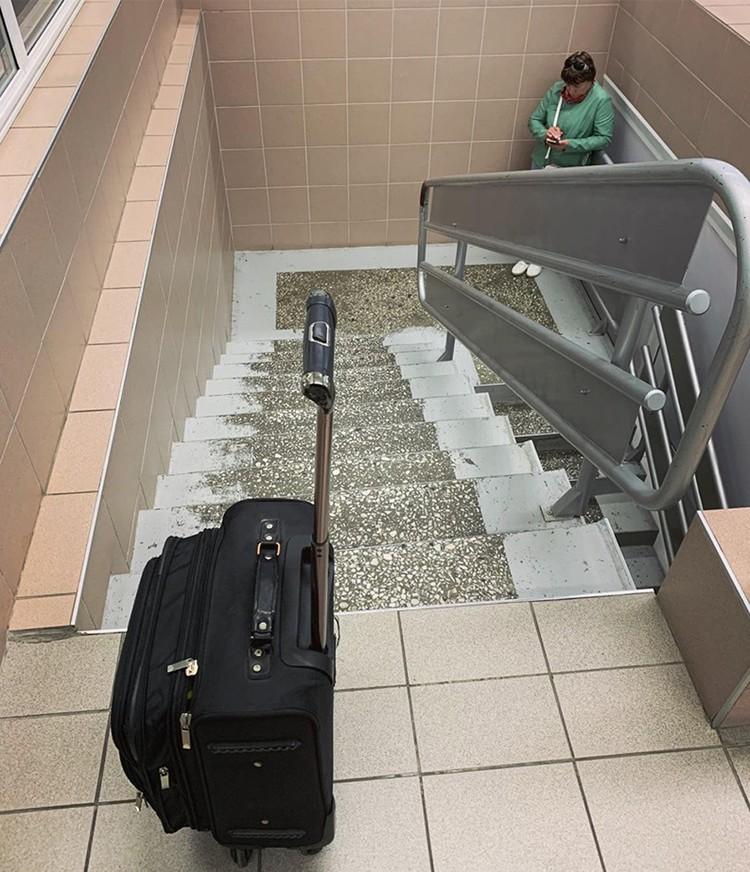 Багаж приходится вручную тащить по лестнице наверх. Фото: Антон Коробков-Землянский