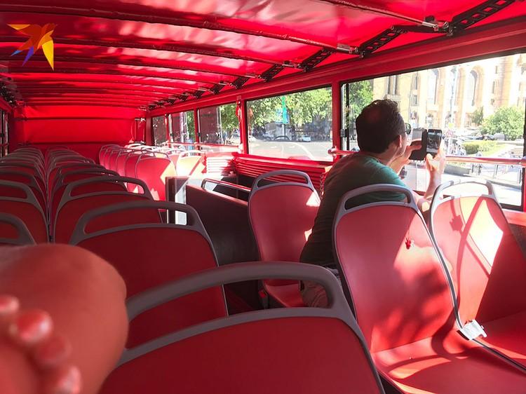 Двухэтажный туристический автобус ходит пустой
