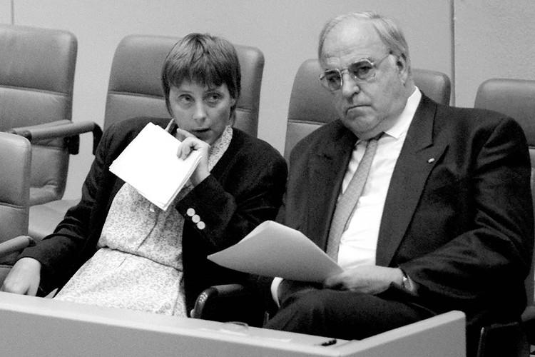 Продвижению политической карьеры Ангелы Меркель помог Гельмут Коль, долгие годы она была рядом с канцлером ФРГ.