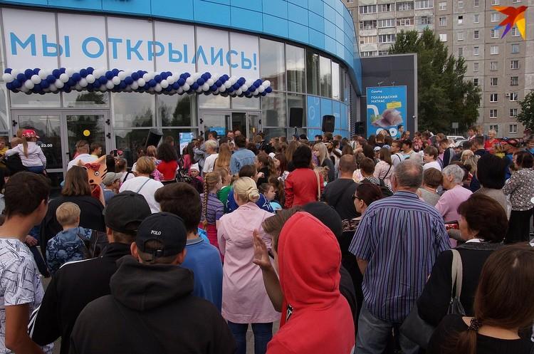 Люди собрались задолго до открытия