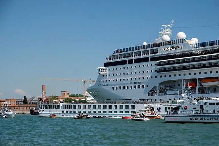 Менее чем за месяц этим летом дважды круизные лайнеры в грозу и дождь чуть не разнесли уникальную набережную города-музея Венеции