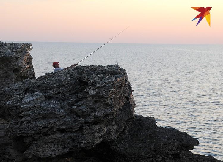 Здесь же, на камнях, неплохая рыбалка: если повезет, можете себе надергать на ужин саргана, бычков или барабулек. А то и кефалина попадется.