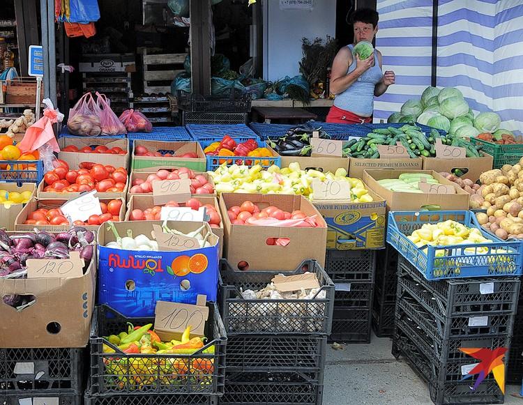 С овощами и фруктами в Черноморском проблем нет, но цены кусаются.