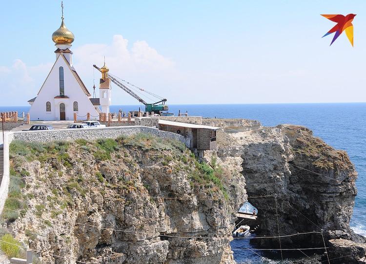А сверху поставлена церковь – как маяк для рыбаков и туристов.