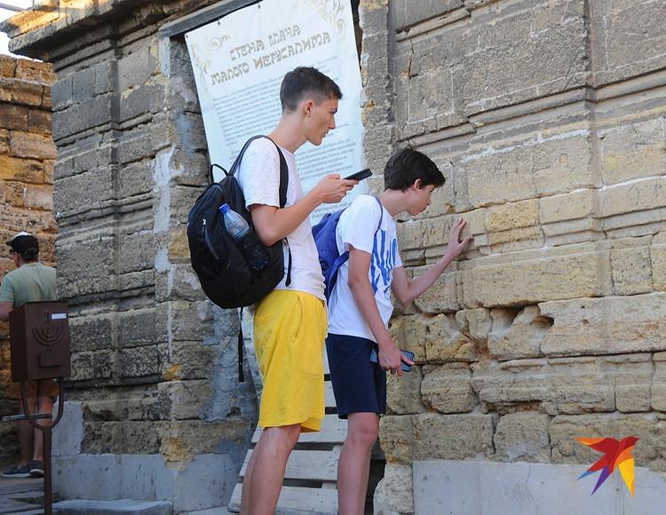 """Здесь, у синагоги ремесленников """"Егия-Капай"""",есть даже своя маленькая Стена плача. Любой может оставить в ней свою записку с пожеланием, обращенным к Богу."""