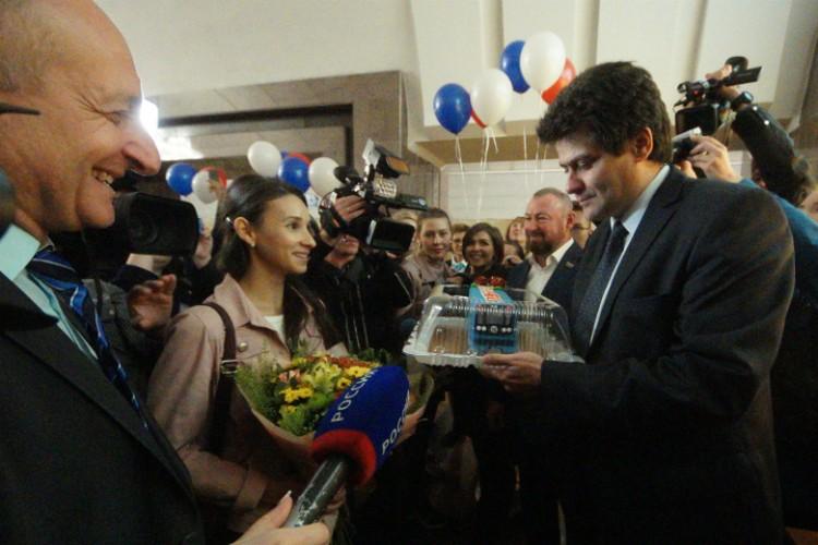 Вручали подарки мэр города, зампредседателя депутата и директор метрополитена Андрей Панаиотиди
