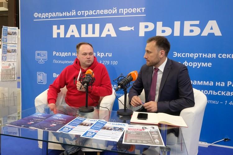 """Олег Бармин в мобильной студии """"КП""""."""
