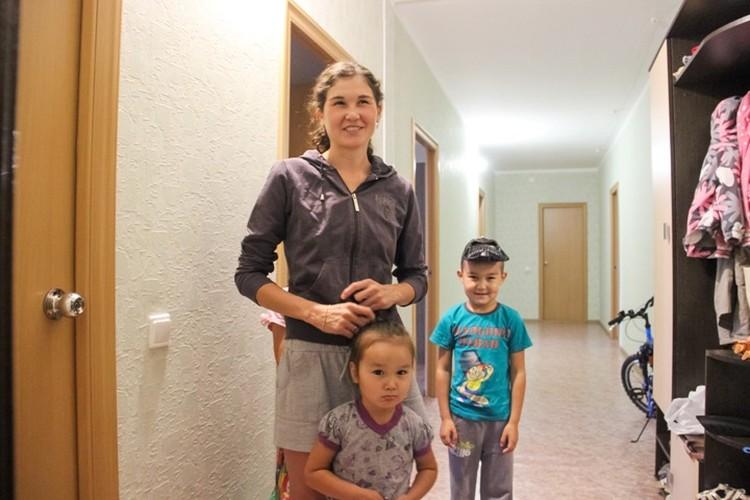 Больше всего многодетная мама, в квартире которой появился питон, испугалась за своих малышей. Фото: Василий Вахрин.