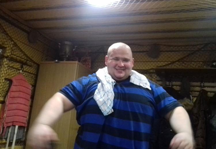 Дмитрий весил 180 килограммов.