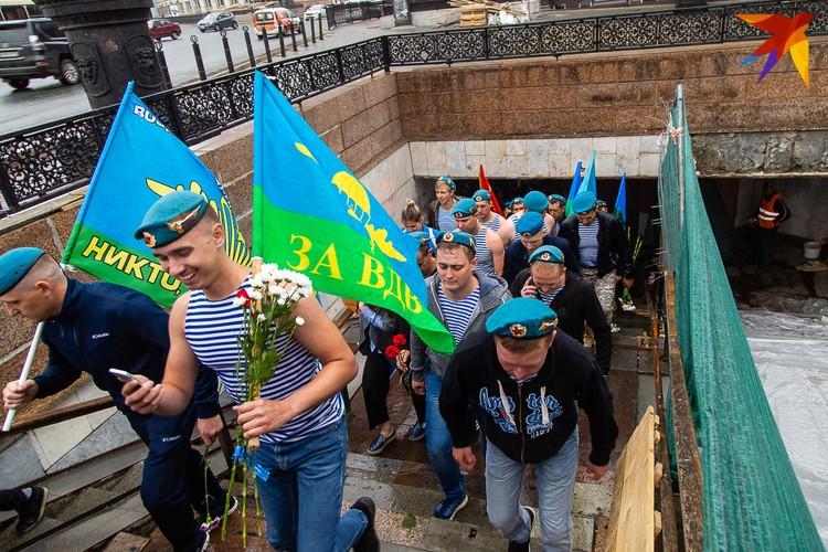 С площади Революции колонна спустилась в подземный переход и вышла на Кировку.