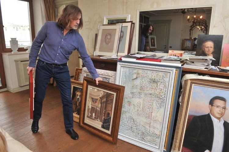 В квартире хранится множество ценных произведений искусства.