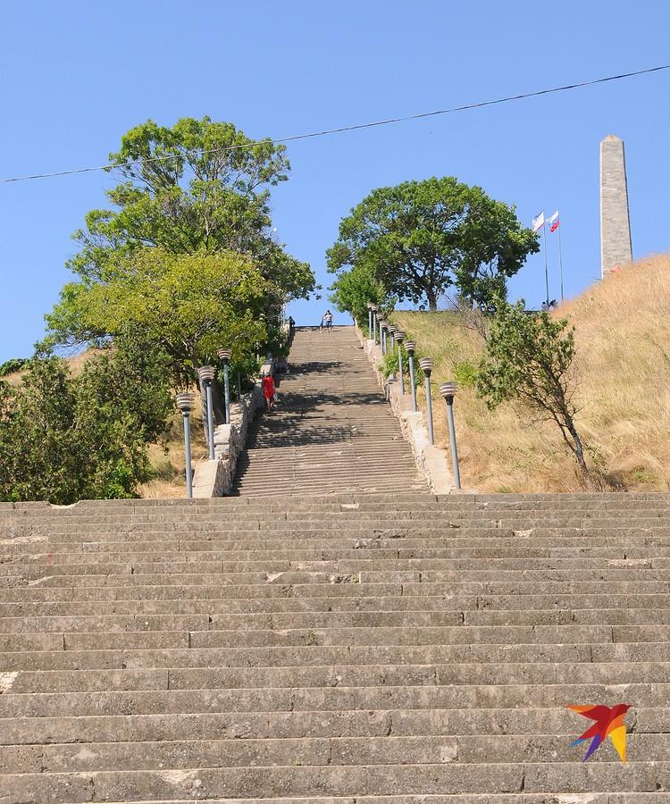 Митридатская лестница насчитывает 432 ступени. Фуникулера нет. Так что наверх или пешком, или на машине по окружной дороге