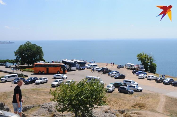 На Митридате есть и автостоянка для машин и туристических автобусов, которые заезжают на вершину по объездной дороге и вид этого уникального места явно не украшают