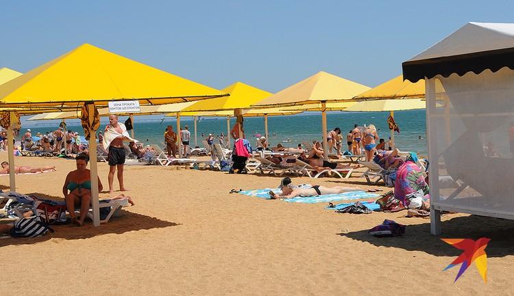 По набору услуг и состоянию песка и воды городской пляж в Керчи один из лучших в Крыму