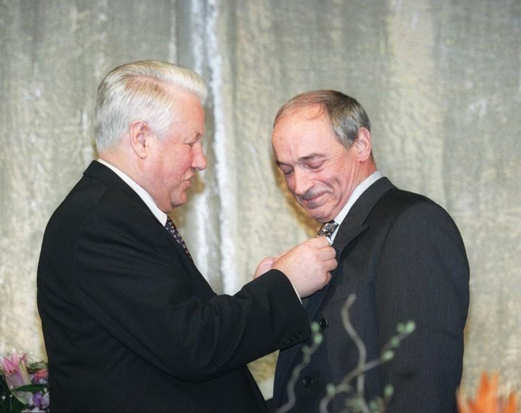 Борис Ельцин вручил Валентину Гафту Орден Дружбы