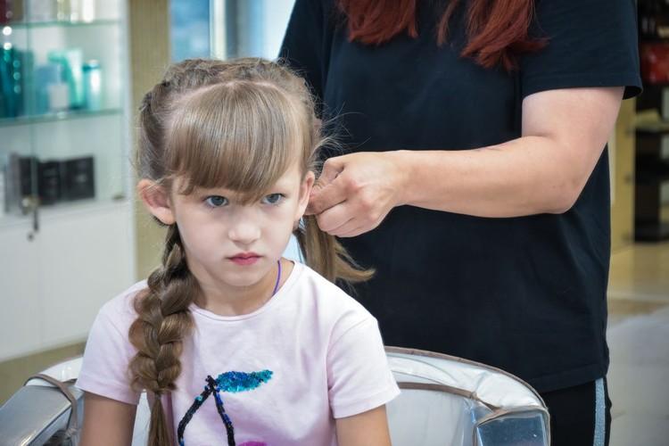 Для начала мы заплетаем все волосы в две обычные косички.
