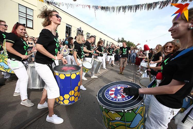 Шествие барабанщиков и танцоров порадовали минчан.