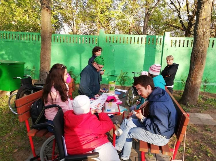 Волонтеры придумывают для ребят интересные мастер-классы и просто общаются с ними Фото: предоставлено движением Даниловцы