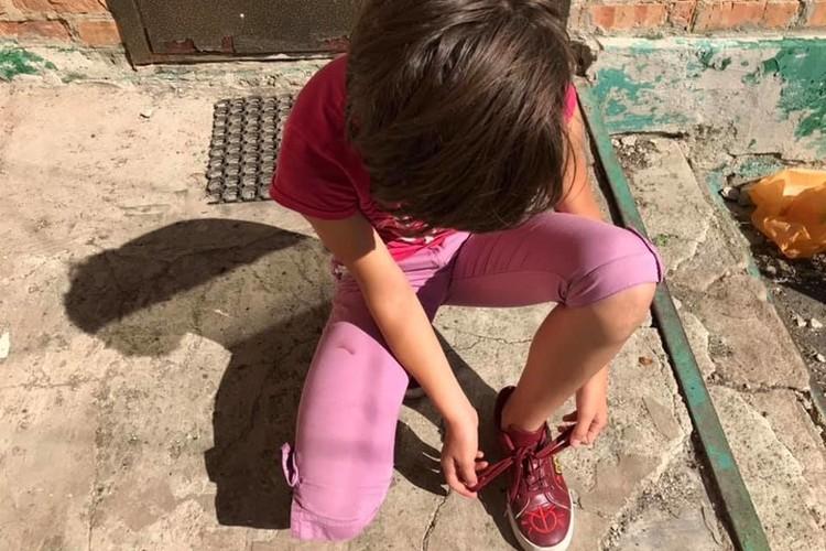 Штаны – чтоб обязательно пять пуговиц в ряд, обувь с длинными шнурками и еще добавьте кофту на крючочках. Пусть с малых лет привыкает к трудностям.