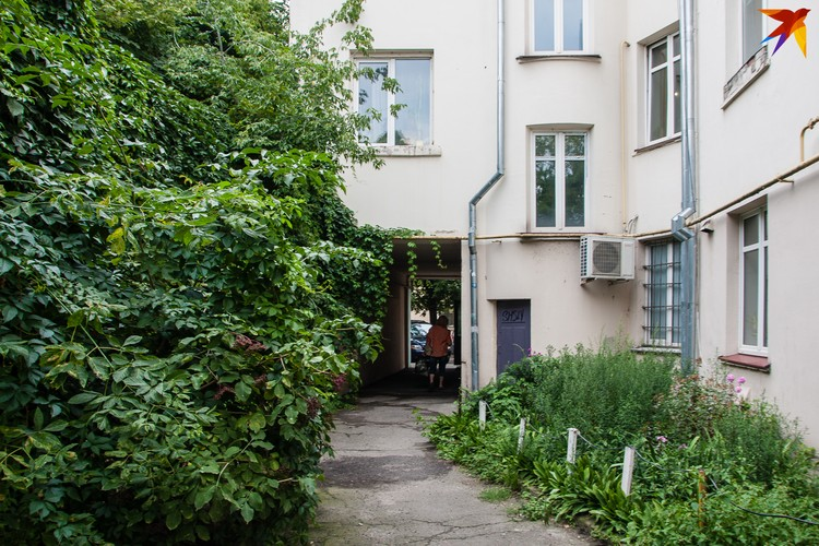 С обратной стороны этого дома - шумная Советская, а во дворе - тишь и глушь.