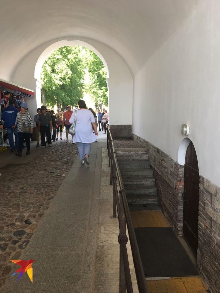 """За этой дверью в Причальной арке Петропавловской крепости находился """"Музей янтаря"""", принадлежащий обманутым Николаевым китайским бизнесменам. Теперь он закрыт."""