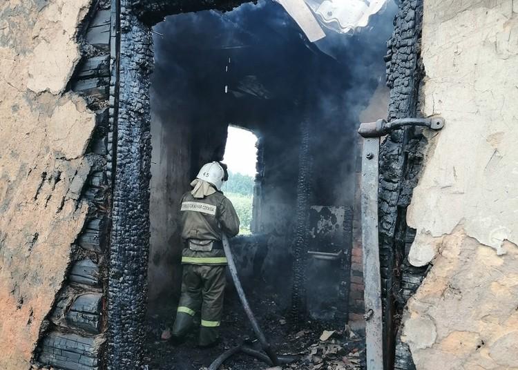 Деревянный дом размерами 10х10 метров сгорел полностью