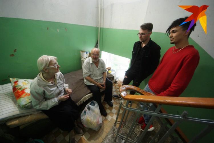Пожилой паре помогали как соседи, так и обычные горожане